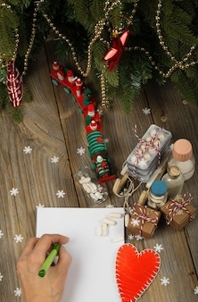 新年の背景に白紙の紙と人間の手医薬品上面図