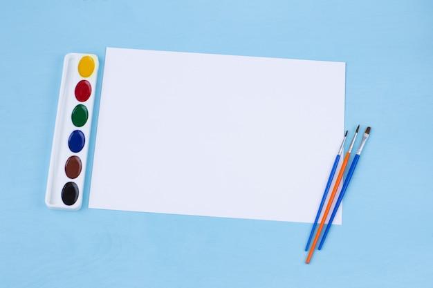 用紙、ブラシ、水彩絵の具の空白のシート