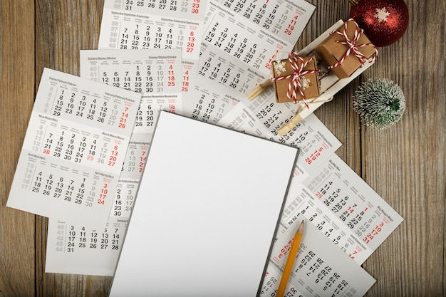 Чистый лист бумаги на фоне нового года вид сверху