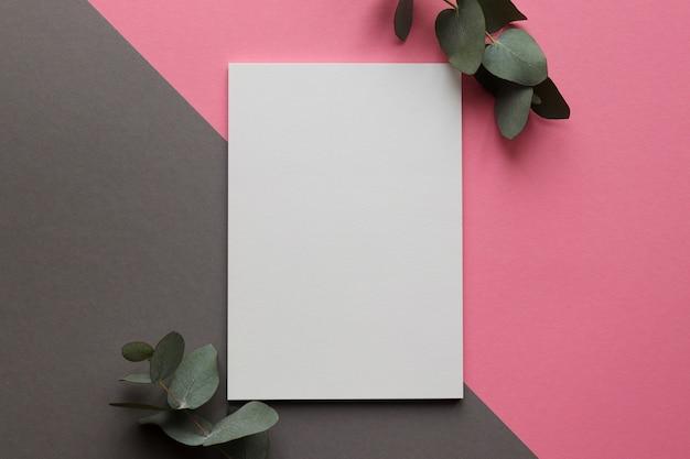 ユーカリの葉と白紙 Premium写真