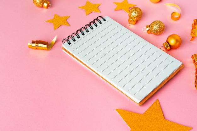 Чистый лист бумаги с золотыми декоративными звездами. концепция новогодних резолюций