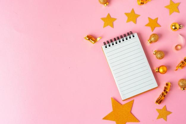 Чистый лист бумаги с золотыми декоративными звездами.