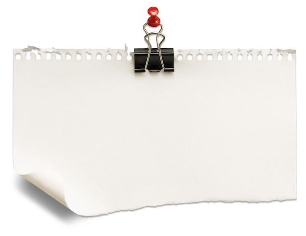 Чистый лист бумаги со скрепкой, изолированные на белом фоне
