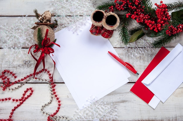 Il foglio di carta bianco sul tavolo di legno con una penna