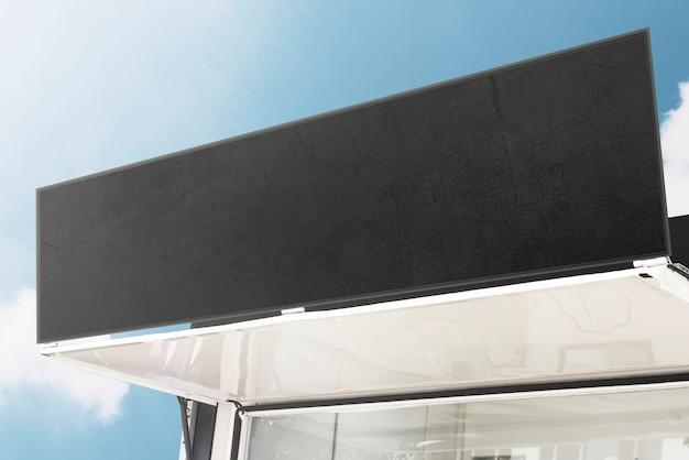 青い空を背景にした空白の店の看板