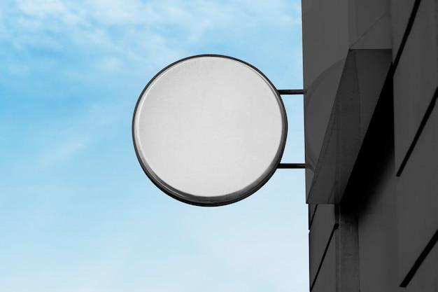 青い空を背景に空白の店の看板