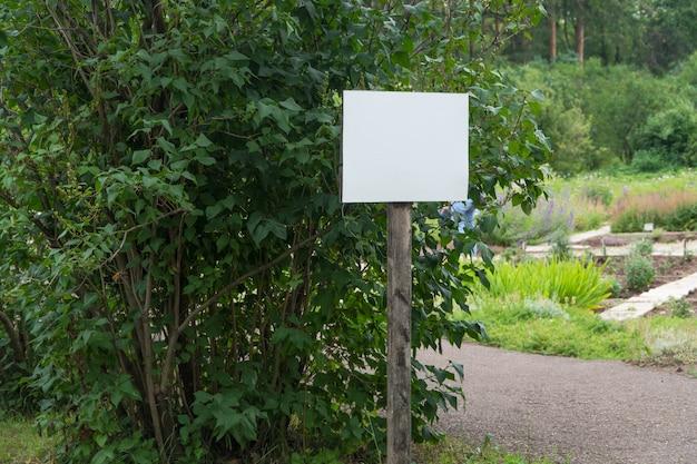 나무의 배경에 공원에서 빈 기호