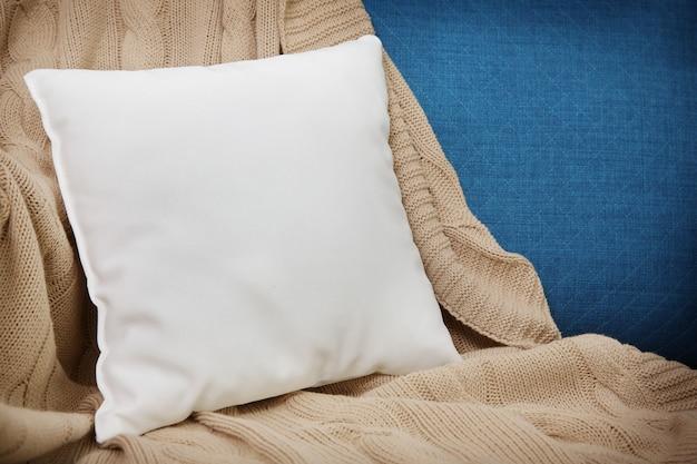 Пустая мягкая подушка на уютном кресле