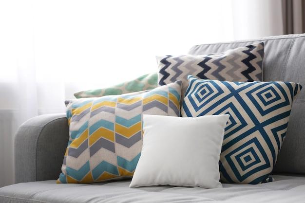 ソファの上の空白の柔らかい枕