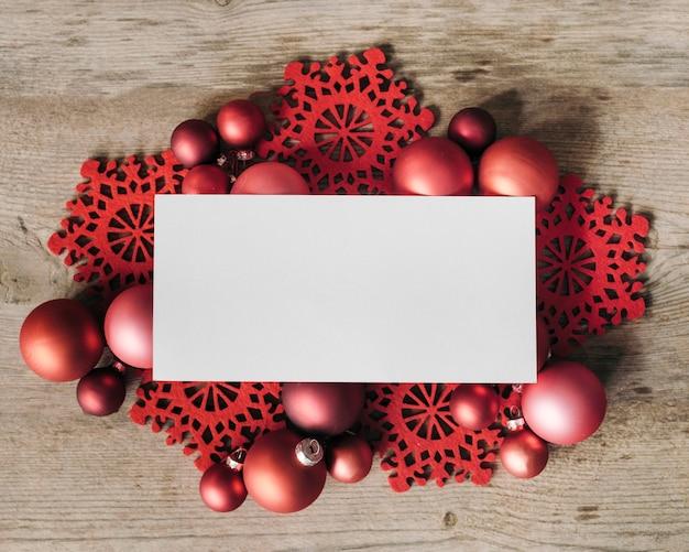 빨간 크리스마스 장식으로 텍스트와 모형을위한 빈 공간