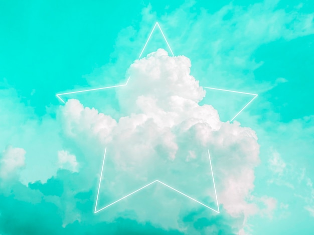 美しい緑のネオンの空を背景に、夢のようなふわふわ雲に空の星型の白い輝く光のフレーム。コピー スペースを持つ抽象的な最小限の自然で豪華な背景。