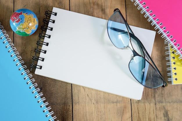 空白の文房具は、プレゼンテーションやビジネスのための木製の背景に設定