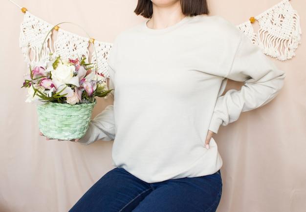 빈 스웨트 셔츠 조롱 여성은 꽃과 일반 까마귀 모형을 착용