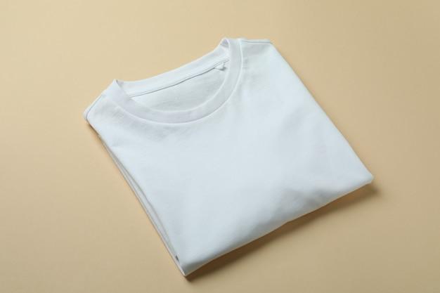 ベージュの背景に空白のスウェットシャツ