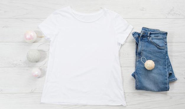 空白のtシャツとクリスマスの飾り
