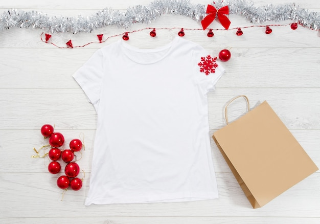 空白のtシャツ、バッグ、クリスマスの飾り
