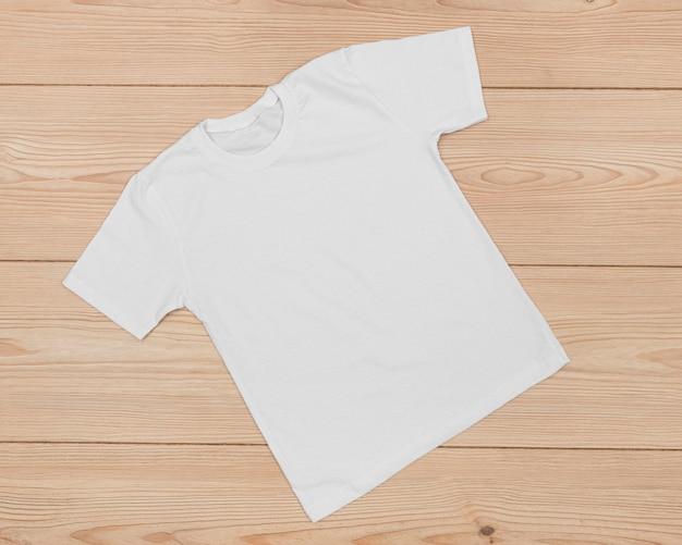 木の品揃えに分離された空白のtシャツ