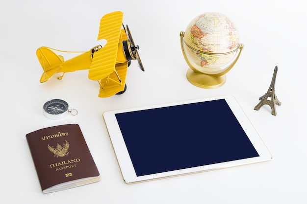 흰색 배경에 세계 여행 개체와 빈 태블릿 화면