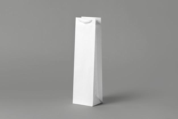 空白の背の高い白ワインボトルバッグモックアップセット、分離、3dレンダリング。ワインやウォッカのモックアップ用の空のキャリーハンドバッグ。ストアブランドに適した透明な紙のパッケージ。