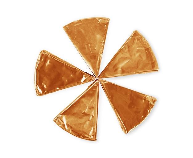 白い背景で隔離のnolラベルと空白の三角形のプロセスチーズ