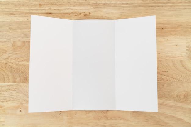 空白の3つ折りのモックアップ
