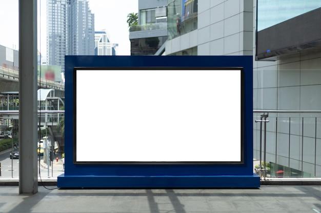 Пустой белый баннер на станции метро. пустой рекламный щит на вокзале, макет.