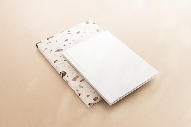 베이지색 배경에 빈 흰색 책 표지