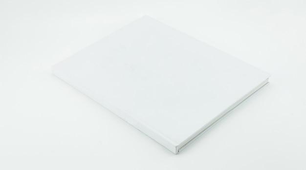 흰색 배경에 빈 화이트 책 템플릿입니다.