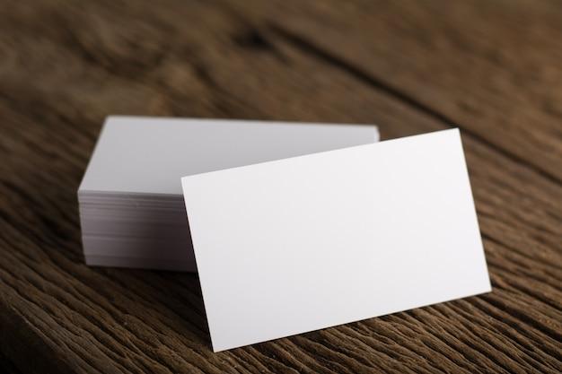 나무 배경에 기업의 정체성의 빈 흰색 명함 프리젠 테이션