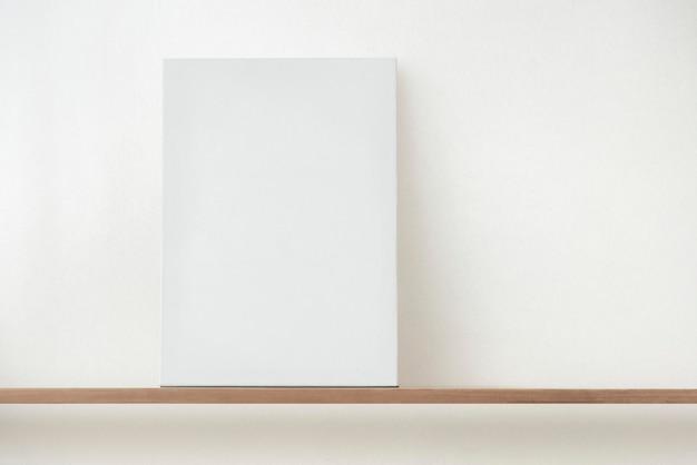 Чистый белый холст на деревянной полке