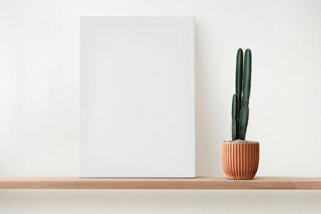 나무 선반에 빈 흰색 캔버스
