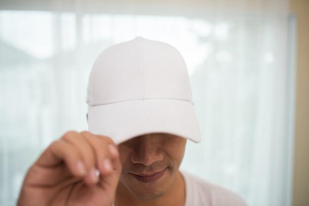 Пустая белая крышка на голове готова для брендинга.