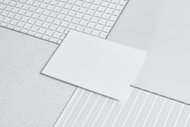 Scheda bianca vuota su vetro con motivo