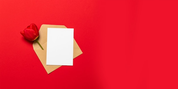 Пустая белая карточка с макетом шаблона конверта крафт-бумаги