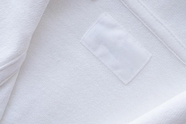 Этикетка пустой белой одежды на фоне новой рубашки