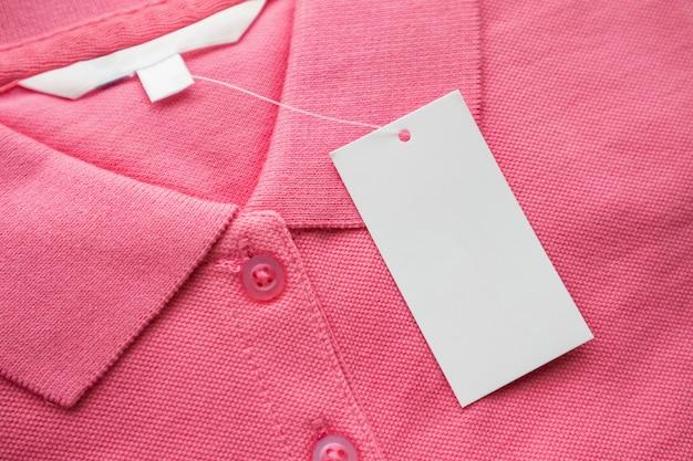 Пустая белая этикетка бирки одежды на новой рубашке