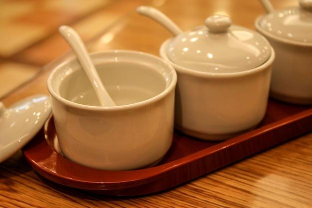 조미료 세라믹 세트의 빈 흰색 컵