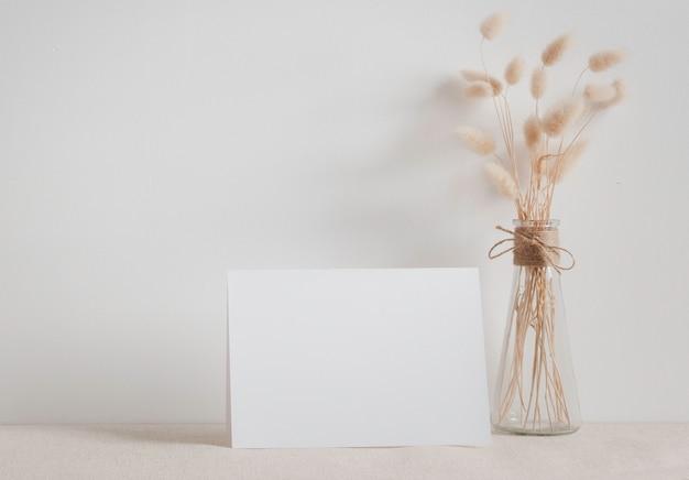 Пустой белый макет поздравительной открытки.