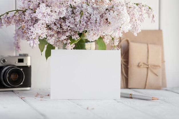Пустая белая открытка с цветами сирени.