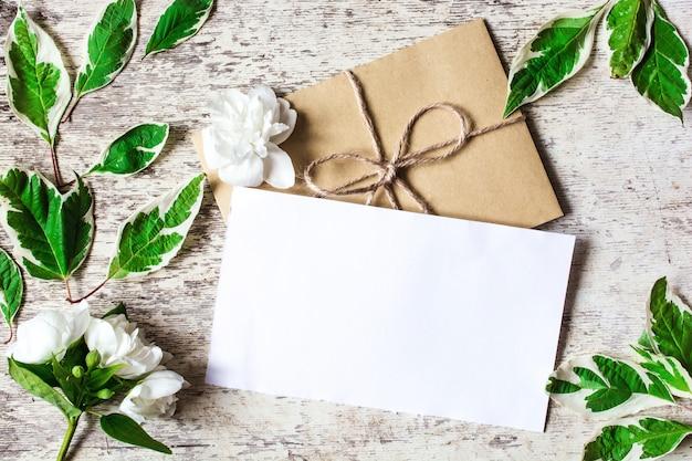 Пустая белая открытка с белыми цветами жасмина