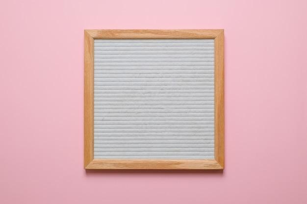 ピンクの背景に分離された空白の白い文字板