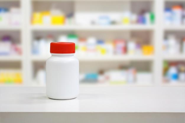 흐림 선반 카운터에 빈 흰색 약 병