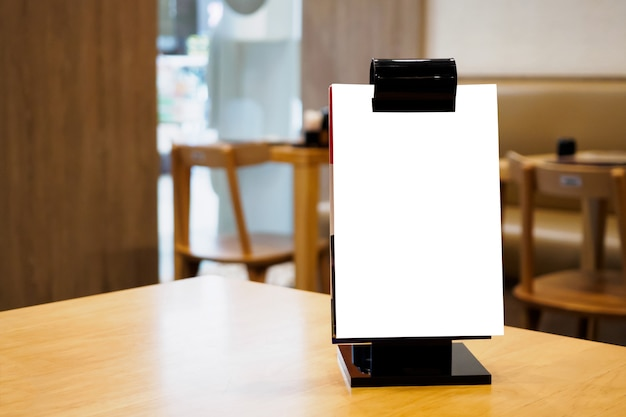 Пустая белая рамка меню на столе ресторана кафе