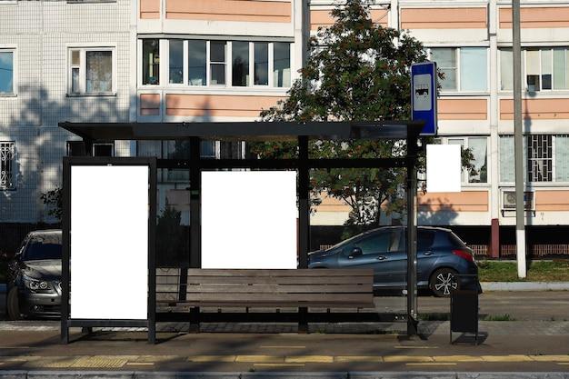 ロシアのバス停で空白の白いモックアップ垂直看板