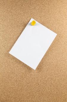 빈 흰색 메모 용지는 코르크 보드에 고정되어 있습니다.