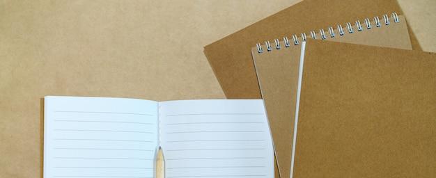 빈 흰색 메모장 및 종이 배경에 연필 상위 뷰 복사 공간을 조롱