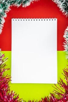 Пустой белый блокнот на фоне рождества. новогоднее украшение.