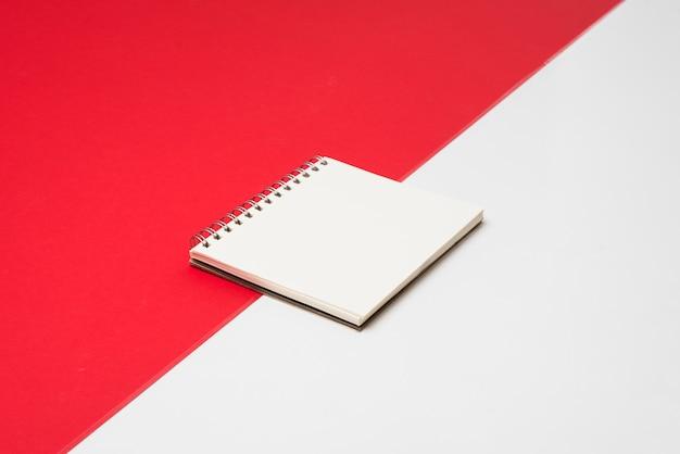 Blocco note bianco vuoto sul tavolo