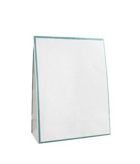 흰색 배경에 고립 된 빈 흰색 종이 봉지