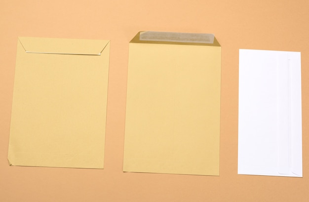 갈색 배경, 평면도에 빈 백서 갈색과 흰색 봉투